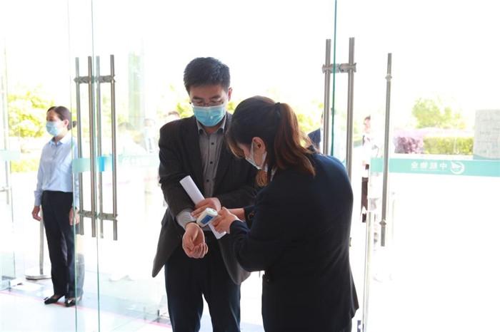 007 进入教学楼前测量体温.jpg