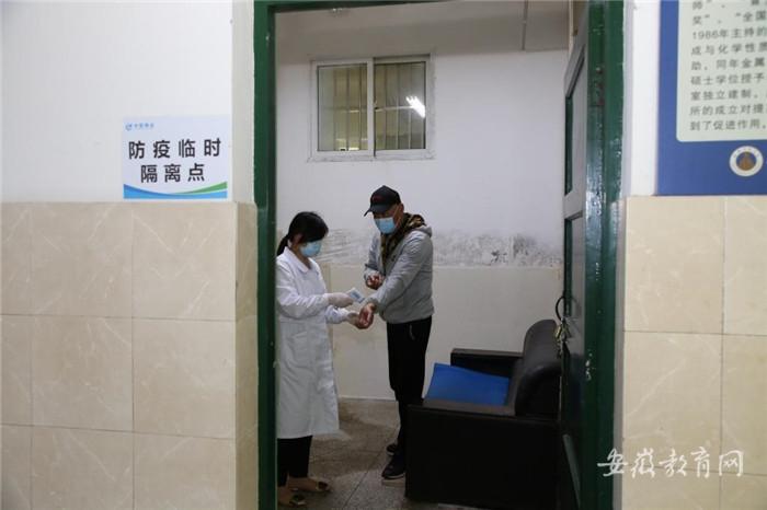 009 体温异常者在教学楼防疫临时隔离点进行测温观察.jpg