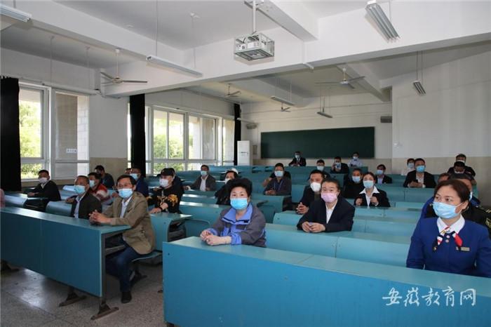 010 在教室保持间隔就坐上课.jpg