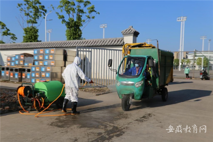 017 对垃圾运输车进行消毒.jpg