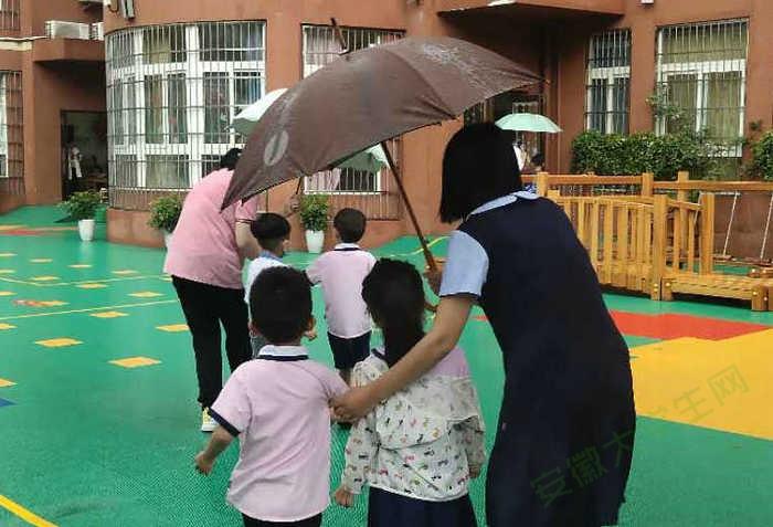 雨伞的倾斜度就是爱的温度,亳州幼师附属园教师雨中坚守初心使命