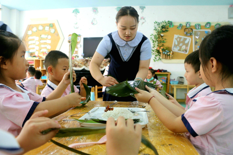 亳州幼师附属园:包粽子 习民俗 迎端午