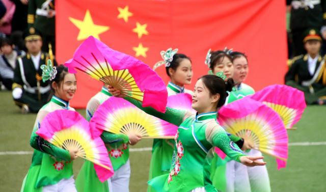通过舞蹈、歌曲、弹唱、武术等艺术形式,展演职教好故事,歌颂职教好声音。