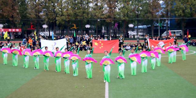 第3届体育文化艺术节上演了《啦啦操》《爱在蓝天》《茉莉花》《爱的华尔兹》以及师生同台歌伴舞《祖国万岁》等节目,可谓异彩纷呈,各具特色。