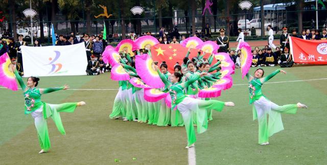 参演人员来自服装设计、民航城铁、会计、幼师、计算机等专业以及学生社团。