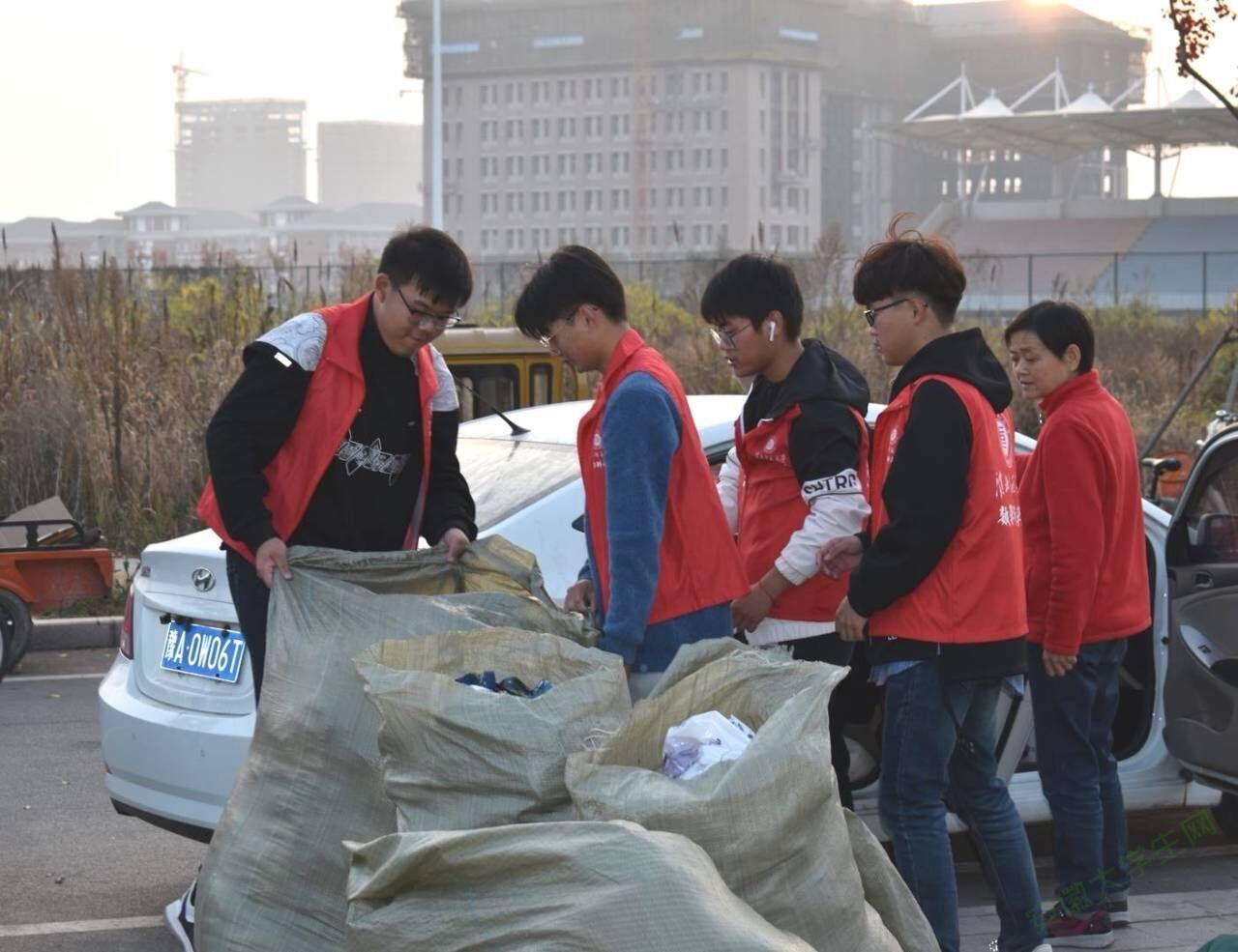 """爱心公益,有你添""""衣"""" --淮北师范大学成功举办爱心捐衣活动"""