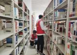 巢湖学院:营造良好学习环境,志愿者图书馆整理书籍