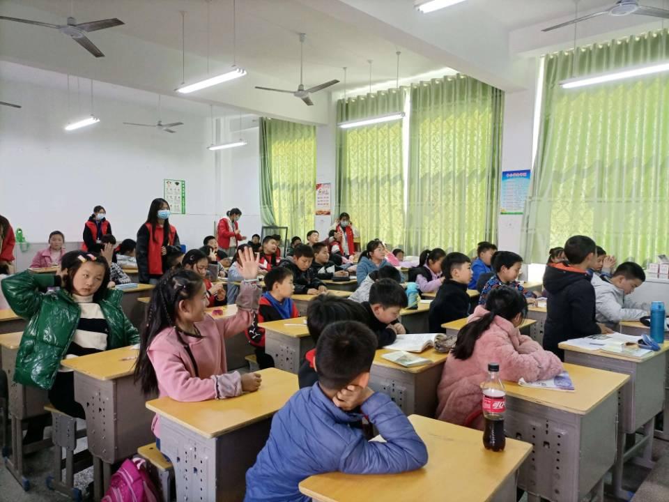 化材学院青年志愿者协会于东风小学开展保护环境主题支教活动