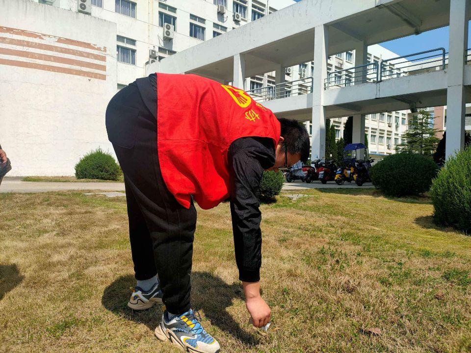 化材学院青年志愿者协会开展校园清扫活动