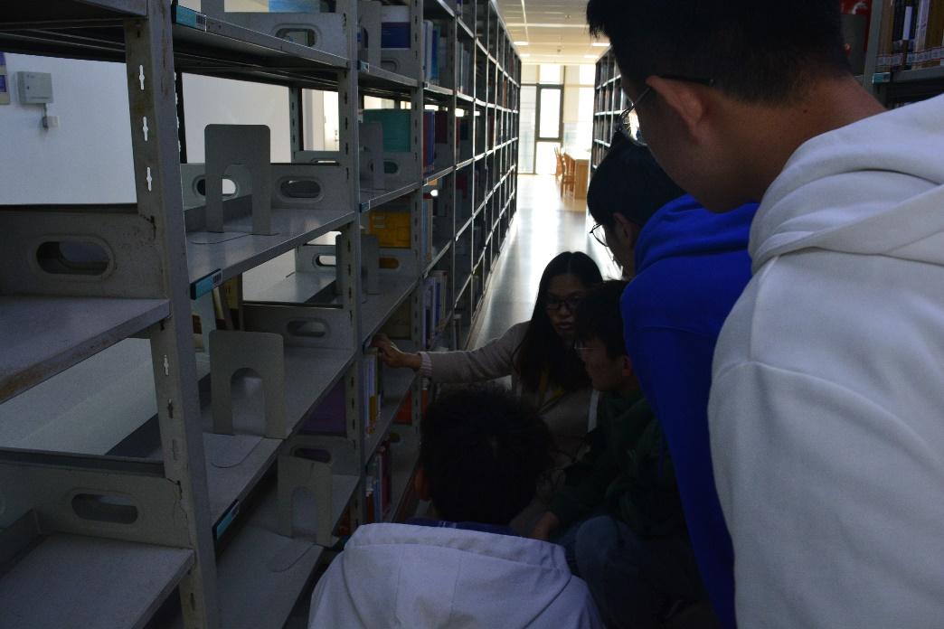 留影、流汗、留温暖——安徽工程大学图书馆内忙碌的青年志愿身影