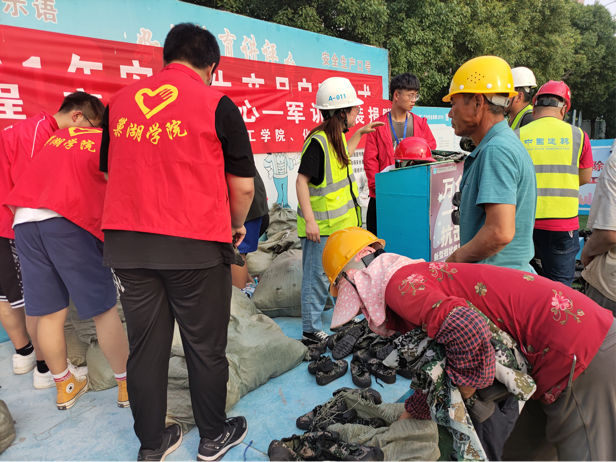 巢湖学院化材学院青年志愿者协会于巢湖市第一建筑工程工地开展军训服装捐赠活动
