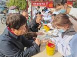 安徽医科大学开展主题为医行送温暖,健康长相伴的健康检测活动